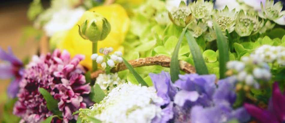 春の花満載  受付に置いていただくアレンジメントとブーケ
