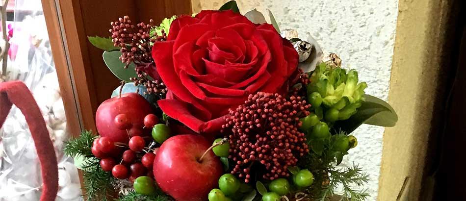 クリスマスアレンジメント 姫りんごと赤いバラ