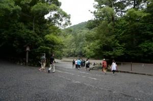 降りる五十鈴川へ